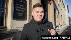 Юрась Лукашэвіч на ганку гістфаку БДУ