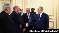 Мырзатай Жолдасбеков (оң жақтан екінші) Қазақстан президенті Нұрсұлтан Назарбаевтың қоғам өкілдерімен кездесуі кезінде. 14 ақпан 2017 жыл.