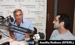 """soldan sağa: Həmid Herisçi və Əli Novruzov AzadlıqRadiosunun """"Pen klub"""" proqramında, 30 avqust, 2013."""