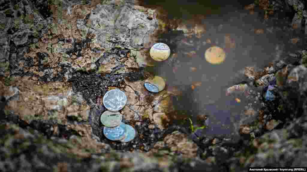 На вівтарі прийнято загадувати бажання та залишати дрібні гроші