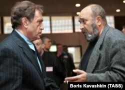 Писатель Василий Аксенов (слева) и поэт Евгений Попов, 2000 год