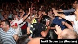 Во время беспорядков в центре Тбилиси пострадали 240 человек