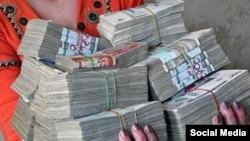 1 июля 1994 года, когда узбекский сум был только введен в оборот, он стоил 6 сумов за 1 доллар США.