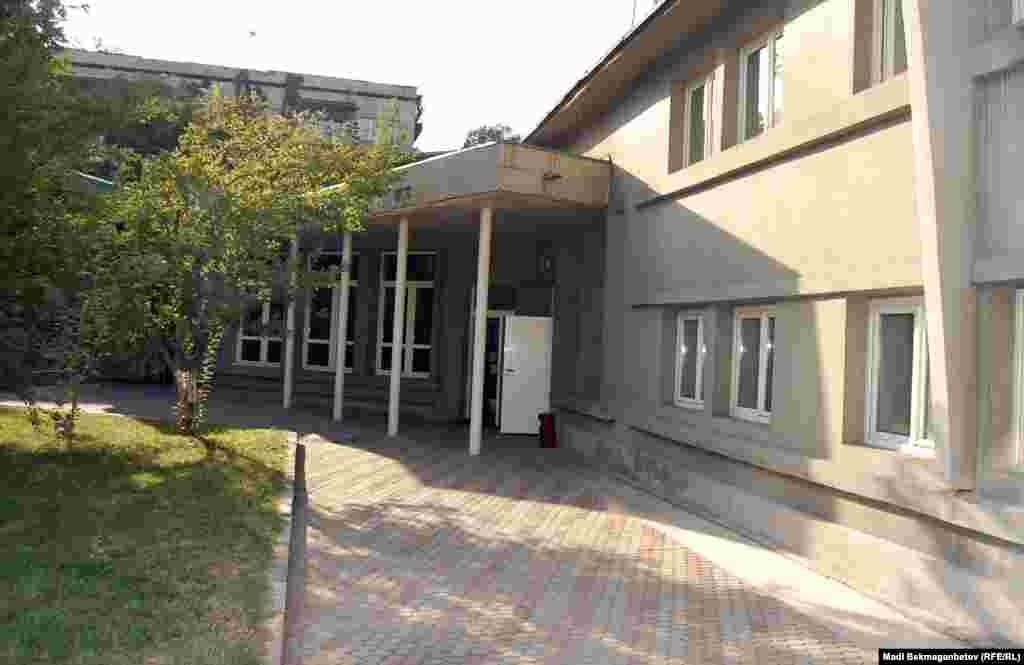 Вместо сарая и гаража во дворе дома теперь здание администрации Дома-музея Мухтара Ауэзова и выставочный зал.