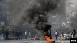 Protestuesit duke i ndezur gomat në qytetin Karaçi