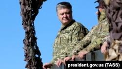 Петр Порошенко на военных учениях на побережье Азовского моря в Донецкой области, 12 октября 2018