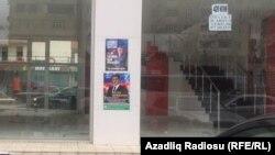 Bakıda parlament seçkisində iştirak edən namizədlərin təbliğat plakatları.