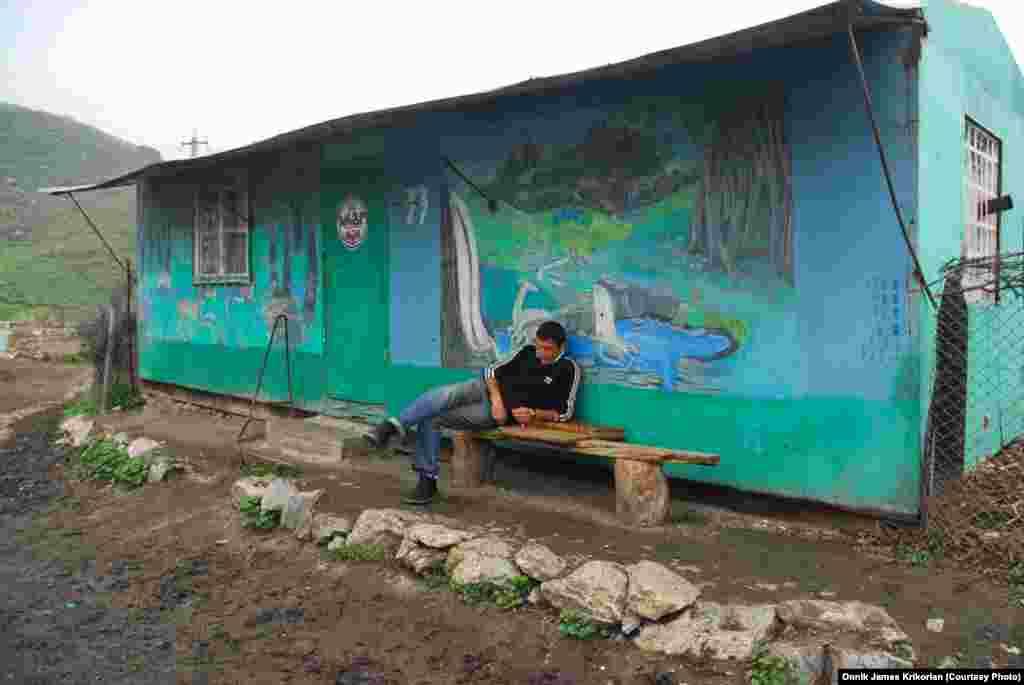 Азербайджанец в соседнем с Цопи селе Ходжурни. Здесь противоположная демографическая ситуация: армяне составляют большинство - 80%, а азербайджанцы в меньшинстве.