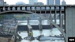 اين پل که بزرگراه بين ايالتی «۳۵ غربی» را به مينيا پوليس وصل می کرد، در ساعت شش بعد از ظهر و در ساعت پر رفت و آمد ريزش کرد و باعث سقوط ده ها اتومبيل و کاميون به داخل رود خانه می سی سی پی شد