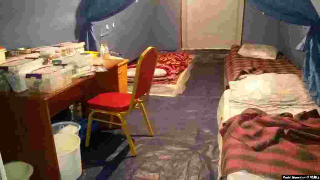 Чатырлар 10-майга карата орнотулат, себеби бүгүн-эртең Кыргызстанда май майрамдарына байланыштуу эс алуу күндөрү болууда.