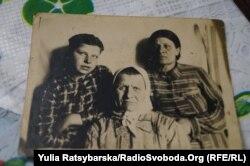 Бабуся Євдокії Варшавської Євдокія (в центрі), з родинного архіву, Дніпро, 10 квітня 2019 року