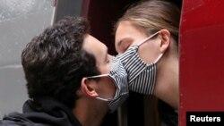 Двойка си разменя целувка на стъпалата на влак в Брюксел, след като част от ограниченията за пътуване отпаднаха в понеделник