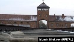 Главные ворота лагеря Аушвиц (Освенцим) на территории Польши.