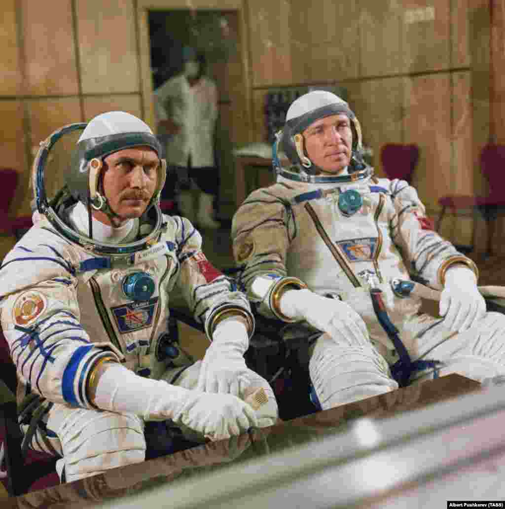 """Космонавты Анатолий Береговой и Валентин Лебедев разговаривают с журналистами перед запуском в 1982 году. Некоторые из советских традиций существуют по сей день. Например, совместный просмотр перед запуском фильма """"Белое солнце пустыни""""."""