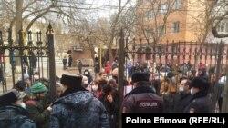 У здания суда в день приговора Анастасии Шевченко