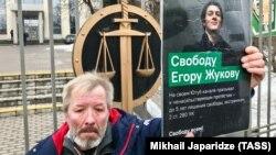 """Tüntető a moszkvai városi bíróság előtt. A férfi szabadságot követel Jegor Zsukovnak, aki """"YouTube-csatornáján békés tüntetésre szólított fel, ezért szélsőségesség miatt 5 év börtönt kaphatott volna az orosz Btk. alapján"""". Zsukovot végül három év felfüggesztett börtönre ítélték."""