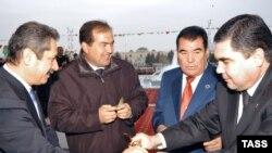 Berdymukhammedovun baş nazir olduğu vaxtlarda (sağdan ikinci Niyazovdur)