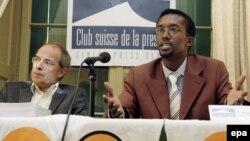 بلز لِمپِون،رییس سازمان غیر دولتی کارزار مطبوعات امبلم، در کنار یک روزنامهنگار اهل سومالی