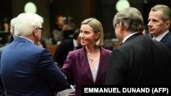 Federica Mogherini (centru), cu șefii diplomațiilor germană (Frank-Walter Steinmeier, stînga) și finlandeză (Timo Soini, al doilea din dreapta)