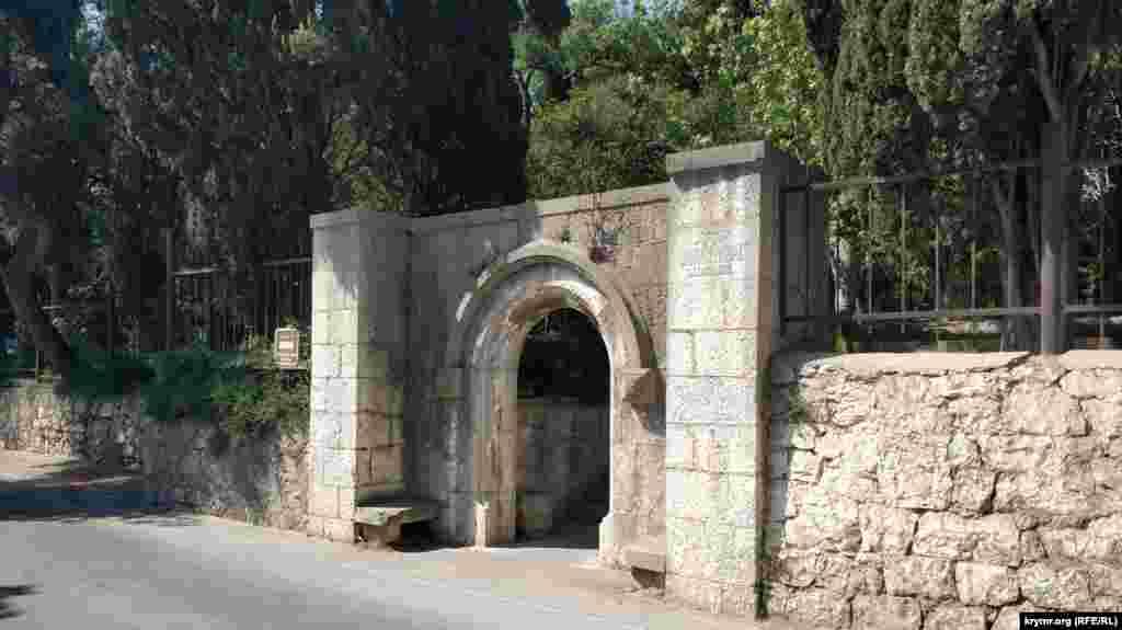 Вход в городской парк «Чаир». Он стал известен благодаря романсу «В парке Чаир» на слова Павла Арского и музыку Константина Листова