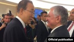 Глава МИд Армении Эдвард Налбандян (справа) и генсек ООН Пан Ги Мун, Женева, 30 марта 2016 г.