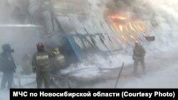 Пожежники гасять вогонь, селище Чорноріченське, Новосибірська область Росії, 4 січня 2017 року