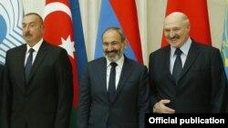 Președinții Ilham Aliev (stânga), Nicol Pașinian (centru) și Aliaksandr Lukașenka (dreapta) la summitul informal al CSI, de la Sankt-Petersburg, 6 decembrie 2018