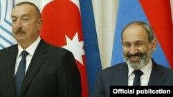 Azərbaycan prezidenti İlham Əliyev (solda) və Ermənistan baş naziri Nikol Pashinian (Foto arxivdəndir)