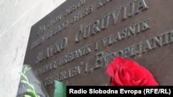 Ploča u znak sećanja na ubijenog novinara Slavka Ćuruviju
