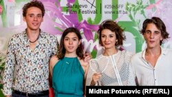 Regjisorja, Ena Sendijareviq duke mbajtur në dorë Çmimin Zemra e Sarajevës, bashkë me ekipin filmik.