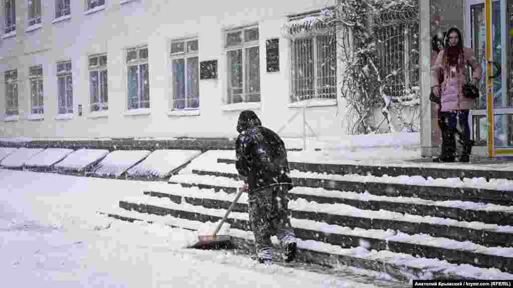 У уборщиков прибавилось работы во время снегопада