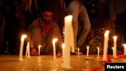 Lumînări pentru vicitimele atacului de la școala din Pehawar, Pakistan, 16.12 2014