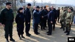 Архивска фотограгија: Претседателот Ѓорге Иванов ја посети границата со Грција и се сретна со странските полицајци што им помагаат на македонските колеги