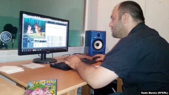 """Беслан Терекбаев работает над переводом """"Лунтика"""" на чеченский язык, июнь 2015 года"""
