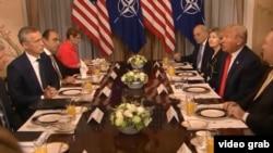 Дональд Трамп и Йенс Столтенберг на саммите НАТО в Брюсселе