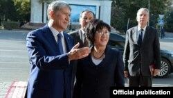 Президент Алмазбек Атамбаев жана Жогорку сот төрайымы Айнаш Токбаева.