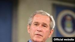 در پی اوج گيری انتقادها از طرح خروج محدود نيروهای آمريکايی از عراق، جرج بوش، رييس جمهوری اين کشور در سخنرانی راديويی هفتگی اش، از اين طرح دفاع کرد.