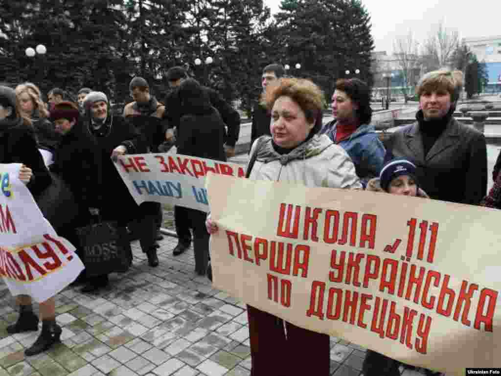 Батьки донецьких школярів протестують проти закриття шкіл у місті, 15 квітня