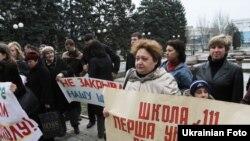 Батьки донецьких школярів протестують проти закриття шкіл у місті, Донецьк, 15 квітня 2011 року
