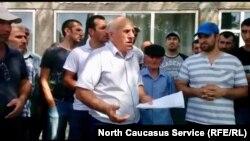 Активисты из села Самур зачитывают обращение к властям