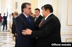 Tojikiston prezidenti Imomali Rahmon O'zbekiston MXX raisi general Rustam Inoyatovga ta'ziya bildirmoqda.