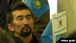 Еуразия экономикалық одағына қарсы алматылықтардың бірі. Көрнекі сурет