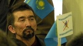 Еуразиялық одаққа қарсы жиынға қатысушы. Алматы, 12 сәуір 2014 жыл. (Көрнекі сурет)