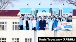 Қызылағаш ауылындағы президент Назарбаевтың бтлборды ілінген мектеп. Алматы облысы, 9 наурыз 2011 жыл. (Көрнекі сурет)