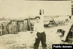 Наріман Гафаров: вправа з гирею. Марійська АРСР, ділянка 52, приблизно 1954 рік