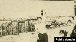 Нариман Гафаров: упражнение гирей. Марийская АССР, участок 52, примерно 1954 год