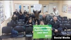 Активисты российской оппозиции, задержанные на акции протеста, находятся в здании Тверского отделения полиции. Москва, 12 декабря 2015 года.