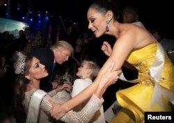 """Бизнесмен Дональд Трамп в окружении участниц конкурса """"Мисс Вселенная"""" в Москве в 2013 году."""