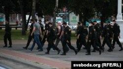 АМАП і людзі ў цывільным падчас разгону «Ланцуга салідарнасьці» 19 чэрвеня ў Менску