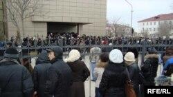 Сотни людей осаждают офис компании «Озенмунайгаз» в день ярмарки вакансий. Жанаозен, 7 декабря 2009 года.